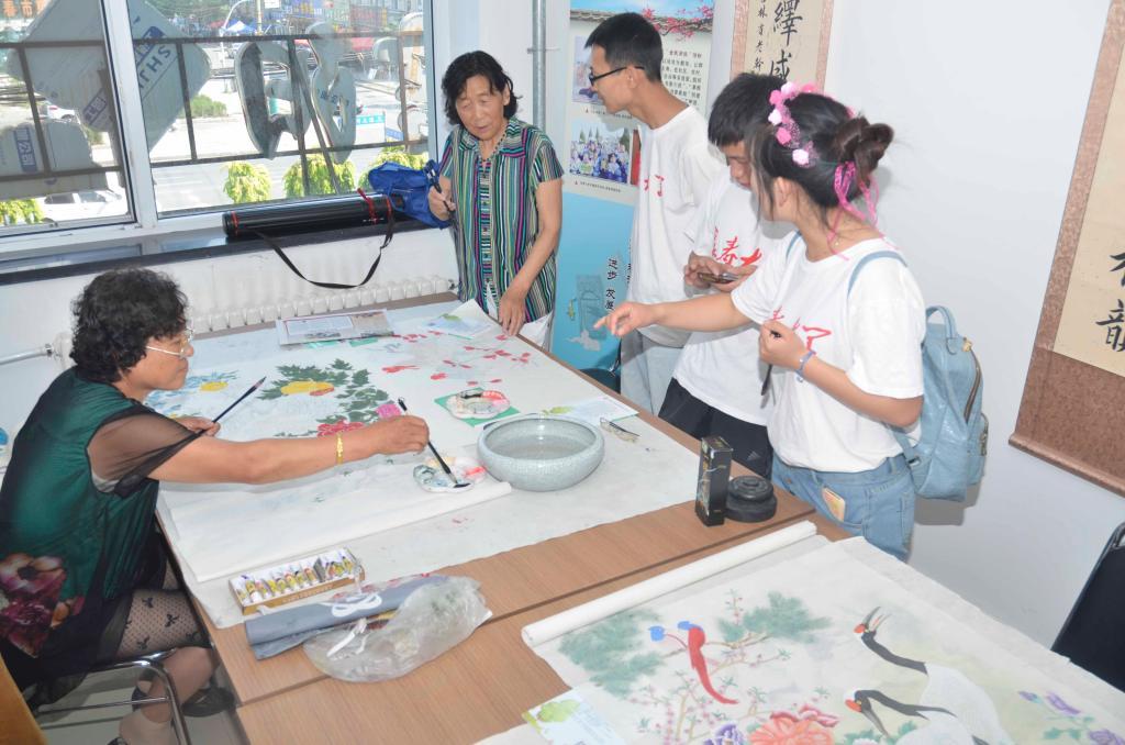 送文化中的书画课堂(摄影:朱立山)图片